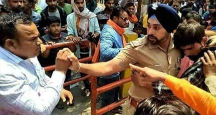 پلیس هندی که جان جوان  مسلمان را نجات داد به مرگ تهدید شد