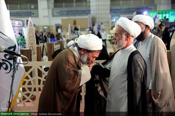 بوسه حجت الاسلام والمسلمین زمانی بر دست پدر شهید مالامیری