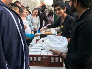 مسلمانان بیرمنگام به بی خانمان های شهر افطاری می دهند + تصاویر