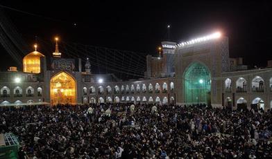 صدهاهزار زائر و مجاور رضوی در رثای  مولا علی(ع) به سوگ نشستند/ وداع با پیکر جوان ترین شهید مدافع حرم