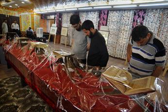 تصاویر/ بازدید مردم عادی از نمایشگاه نسخههای خطی و نایاب قرآنی در کشمیر