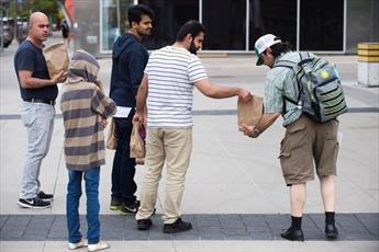 دانشجویان مسلمان کانادایی کیسههای غذا به بی خانمان ها اهدا کردند