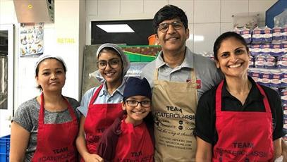 سرآشپز هندو که به احترام مسلمانان روزه می گیرد و  به ۶۰ هزار نفر افطاری می دهد