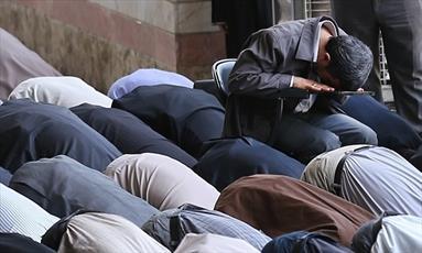 استفتائاتی پیرامون ایستاده یا نشسته نمازخواندن نمازگزار