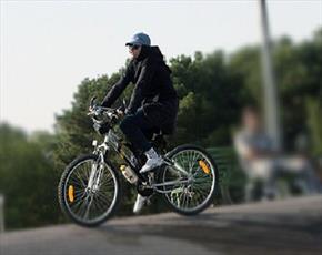 پدرم با ورزش دوچرخه سواری و شنا مخالف است؛ تا چه اندازه راضی نگه داشتن او لازم است؟