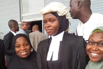 دانشجوی محجبه دانشکده حقوق نیجریه، در میان شور و تشویق مردمی فارغ التحصیل شد