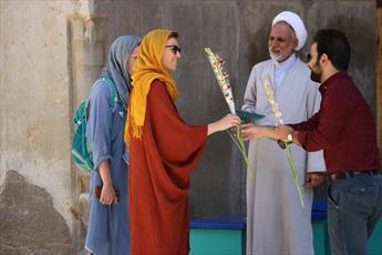 آشناسازی توریست های خارجی با فلسفه حجاب/ اهدای ۵هزار شاخه گل  به زنان توریست