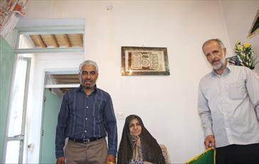 پرچم متبرک حرم کریمه اهل بیت (س) در منزل شهید تازه تفحص شده