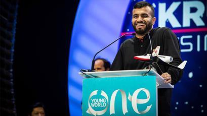 شاعر جوان مسلمان، استادی افتخاری کالج کینگ را دریافت کرد