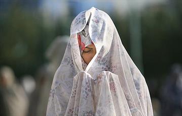 آیا پوشاندن زیر چانه برای خانم ها در نماز واجب است