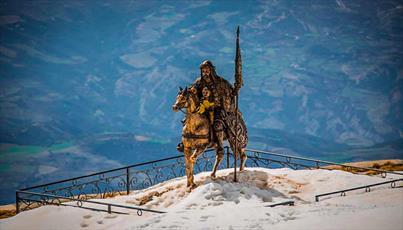 مقام حضرت عباس (ع) در قله کوه آلبانی + تصاویر