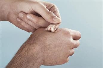 آیا ماندن جای چسب زخم برای وضو اشکالی دارد؟