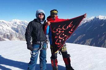 کوهنورد پاکستانی پرچم امام رضا را بر قله  ۶۲۵۰متری قراقروم  نصب کرد