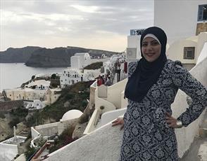 یک بانوی محجبه مسلمان که دور دنیا را سفر می کند
