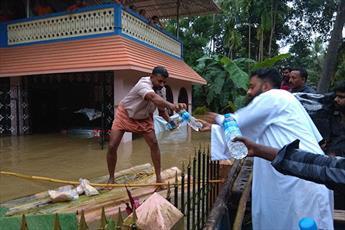 کشیش کاتولیک  از مسلمانان هند برای کمک به سیل زدگان مسیحی تشکر کرد