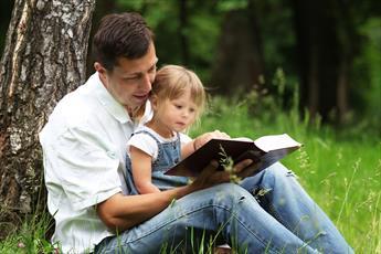 برای کودک خود با صدای بلند کتاب بخوانیم