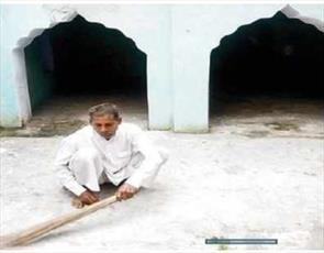 مرد هندویی که مسجد را نجات داده و خودش از آن نگهداری می کند