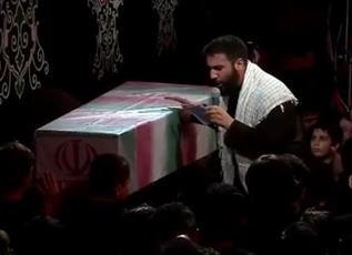 فیلم/ مداحی حسین طاهری در کنار تابوت شهید تازه تفحص شده