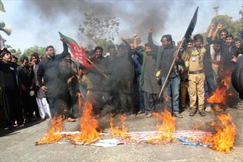 عزاداران امام حسین (ع) در پاکستان پرچم یزید زمان را آتش زدند+تصاویر