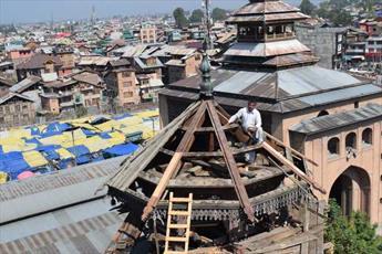 مسجد جامع سرینگر در کشمیر پس از ۲۵۰ سال، مرمت و بازسازی می شود