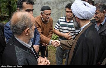 حضور نماینده ولی فقیه در گیلان در بین سیل زدگان تالش+ عکس