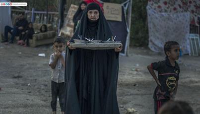 تصاویر/ خدمت رسانی سالخورده ها به زائران اربعین حسینی