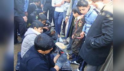 التماس نوجوانان عراقی برای تنظیف کفش های زائران اربعین + عکس