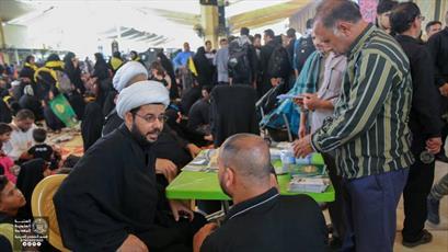 حضور مداوم مبلغین حوزه علمیه نجف در میان زائران اربعین+ تصاویر