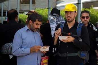 توزیع ۱۶۰ هزار غذای تبرکی در میان زائران اربعین