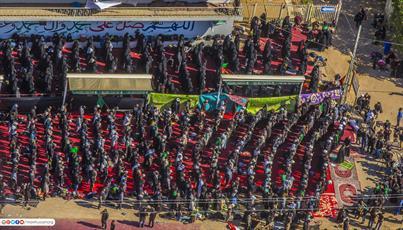 تصاویر هوایی از نماز جماعت در مسیر پیاده روی اربعین
