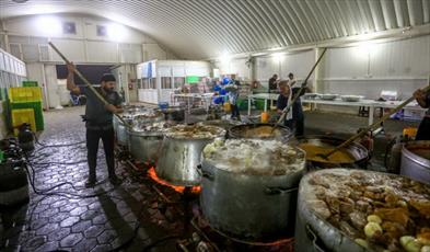 تصاویر/ حال و هوای آشپزخانه حرم مطهر علوی برای پذیرایی از زائران اربعین