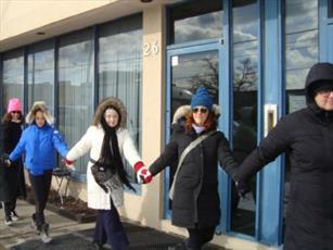 مسلمانان و مسیحیان تورنتو «حلقه صلح» به دور کنیسه تشکیل می دهند