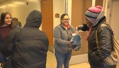 مسلمانان کانزاس آمریکا خوراک رایگان عید شکرگزاری برای فقرا تدارک دیدند