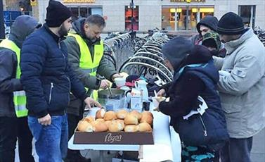 مسلمانان شهر سوئدی به بی خانمان ها غذا و پوشاک اهدا کردند + تصاویر