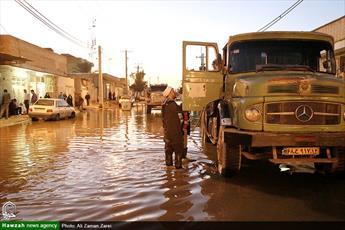 حضور روحانیت پایِکارِ  مردم در آب گرفتگی معابر و منازل اهواز+ عکس