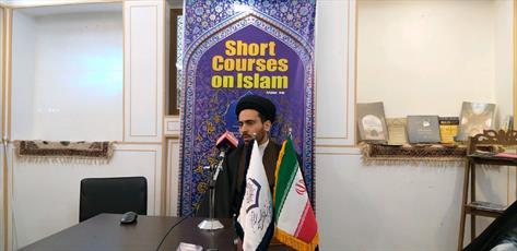 رساندن پیام اسلام به گردشگران خارجی در یک مدرسه علمیه