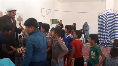 حضور متفاوت روحانیون جهادی ایلام در بین مردم سیل زده ماژین+ عکس