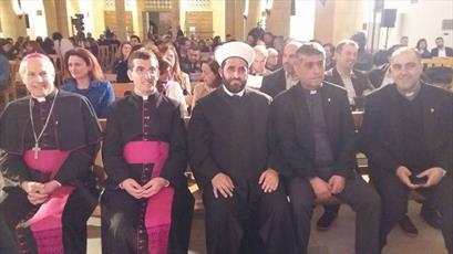 اذان گفتن روحانی مسلمان در یکی از کلیساهای لبنان