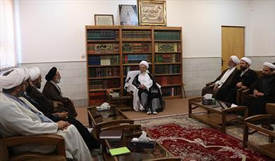 آیت العظمی مکارم شیرازی در دیدار با رئیس مرکز خدمات حوزه